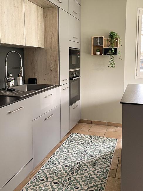 cuisine blanche avec tapis effet carreaux de ciment