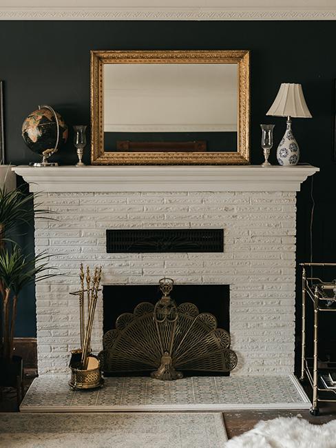 salon avec cheminée blanche en brique