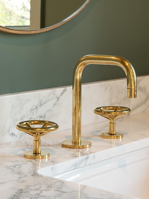 salle de bain avec robinet doré