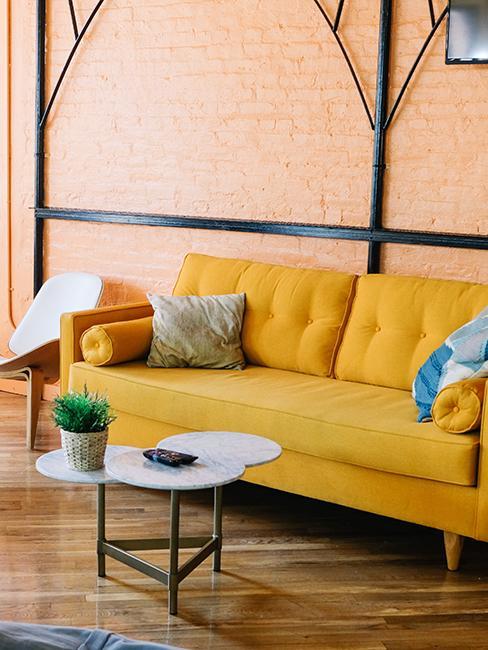 salon avec canapé jaune te mur en brique orange