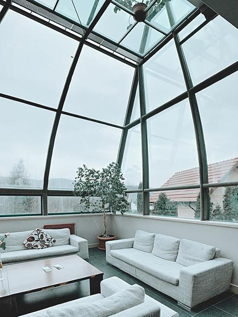 Salon avec canapé blanc dans veranda
