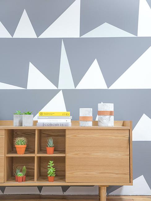 chambre avec peinture géométrique te buffet en bois
