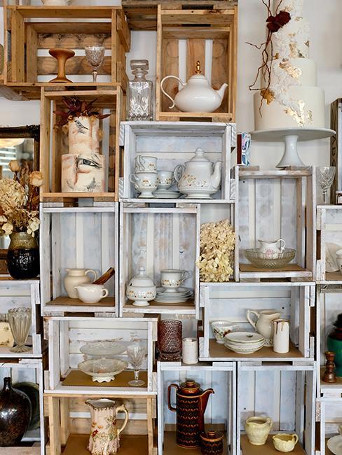 décoration avec des caisses et de la vaisselle vintage