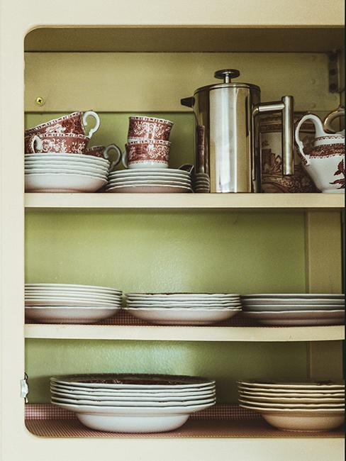 vaisselle vintage dans buffet