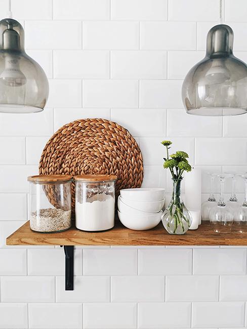 cuisine avec carrelage blanc style métro et étagère en bois