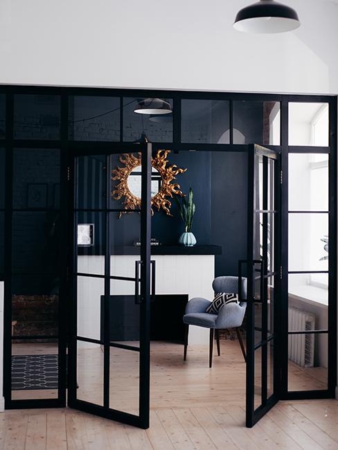 intérieur moderne avec mur noir et porte en verre