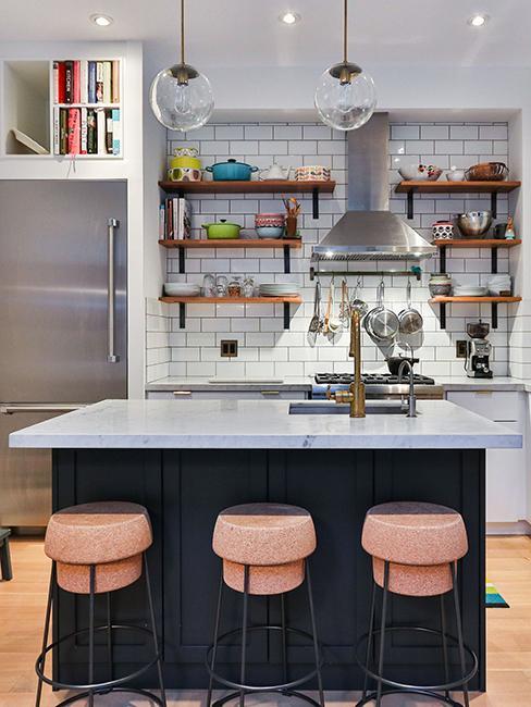 cuisine noir et marbre avec tabouret en forme de bouchon