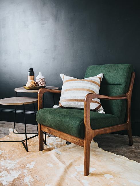 coin lecture avec fauteuil vert et mur noir