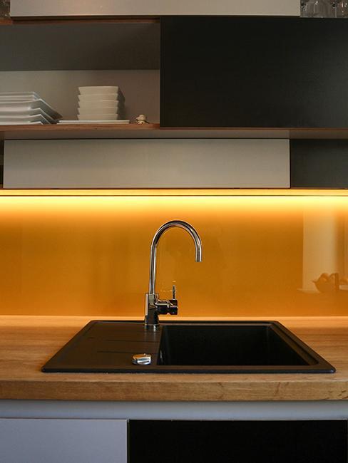 evier dans cuisine avec lampe led