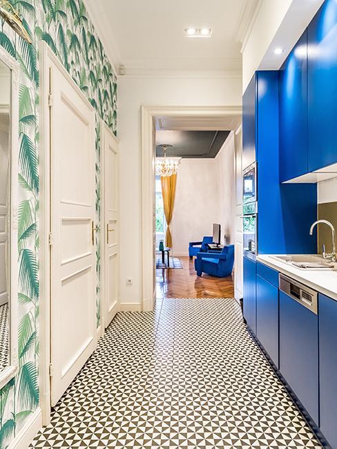 cuisine avec papier peint végétal et meubles bleus