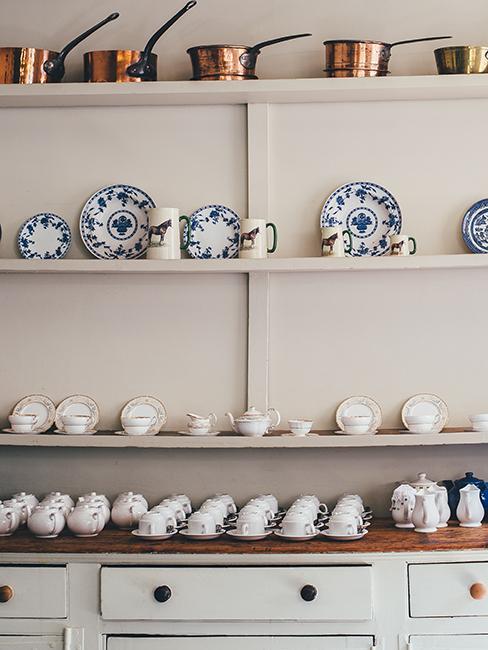 étagère avec vaisselle anglaise