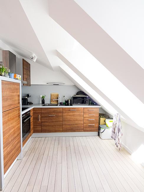 cuisine sous pente avec meubles en bois
