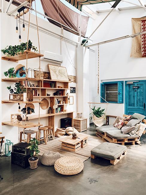 intérieur boho avec étagère en bois et meubles en palette