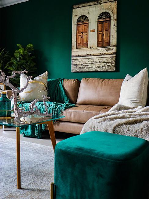 salon avec canapé brun et mur vert