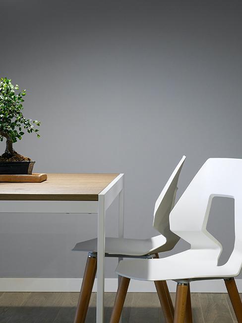 mur gris, banzai et table en bois
