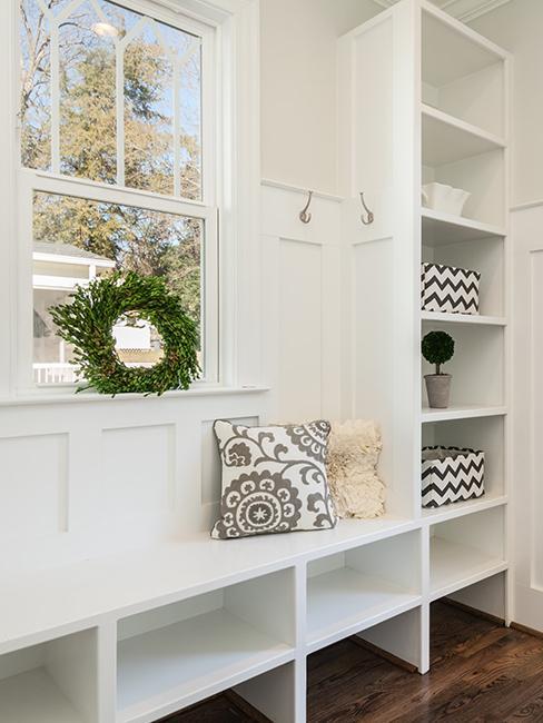 entrée avec meuble en bois blanc
