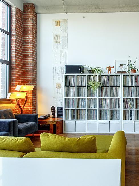 salon style loft avec grande bibliothèque et mur en brique