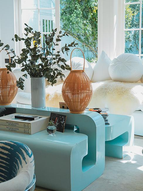meuble bleu clair et lanterne