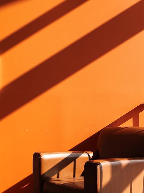 mur orange et fauteuil brun