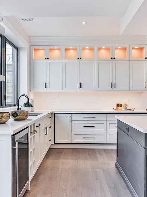 cuisine moderne avec meubles blancs
