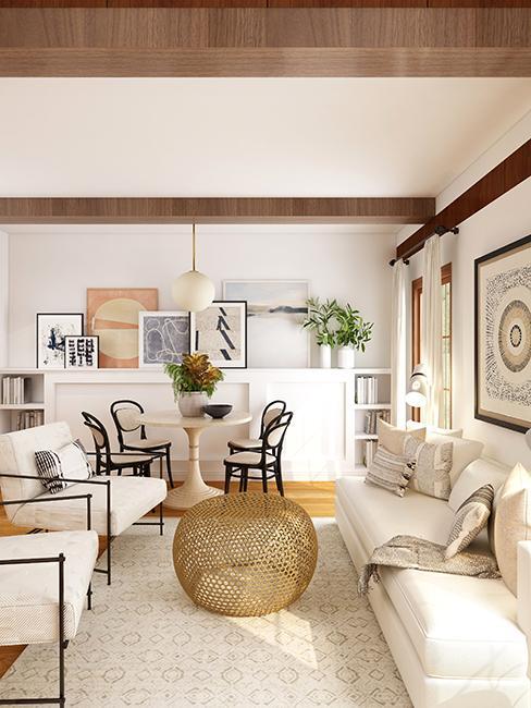 salon avec canapé blanc et mur de cadres
