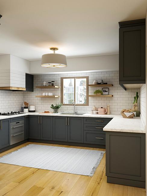 cuisine moderne avec meubles de cuisine foncée
