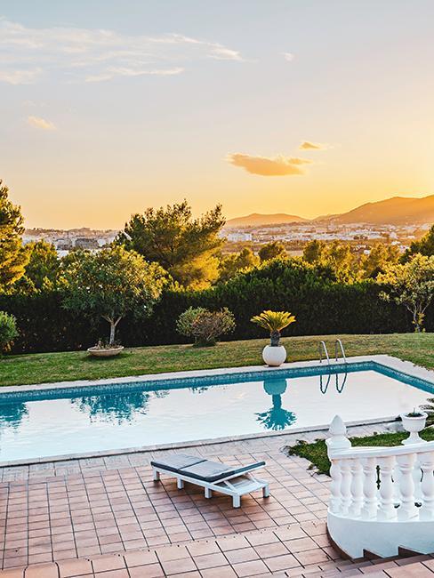 jardin avec piscine et terrasse