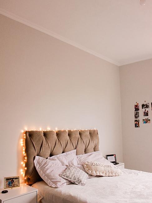 chambre avec tete de lit en velours et guirlande lumineuse