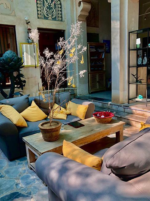 terrasse avec canapé gris
