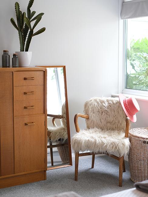 fauteuil fausse fourrure, miroir, meuble en bois
