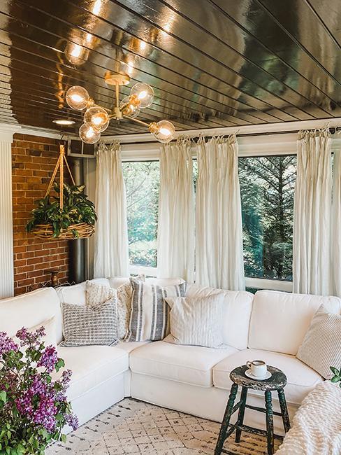 veranda avec canapé blanc