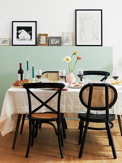 salle à manger avec mur vert d'eay et chaises en cannage