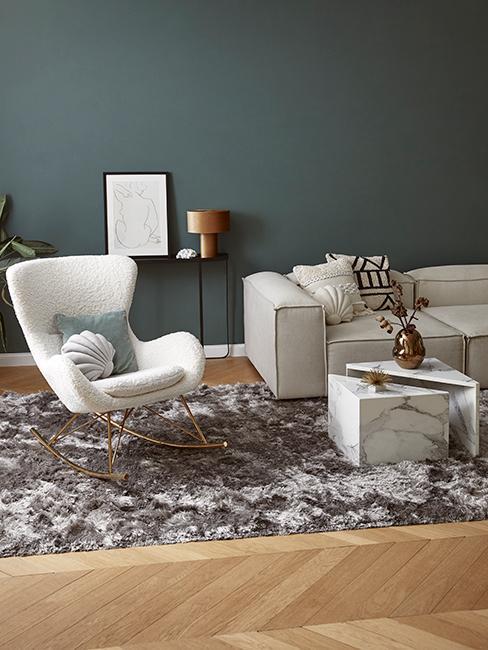 salon avec fauteuil à bascule blanc design et mur gris