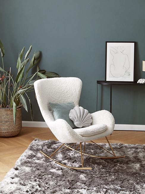 salon avec fauteuil à bascule blanc et mur couleur vert de gris