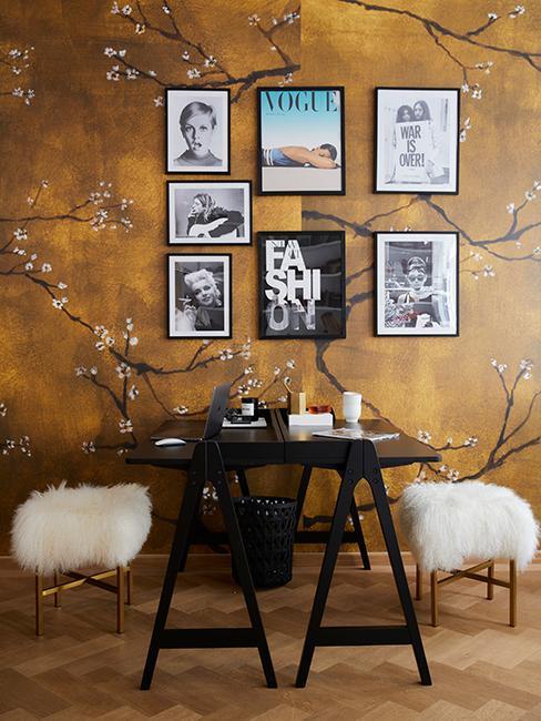 salle à manger avec papier peint doré avec mur de cadres