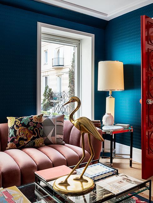 maison éclectique, canapé rose et mur bleu