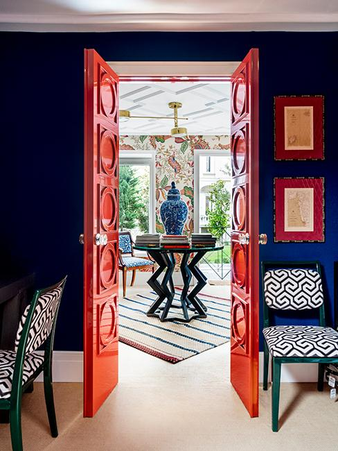 maison éclectique avec mur bleu et porte rouge