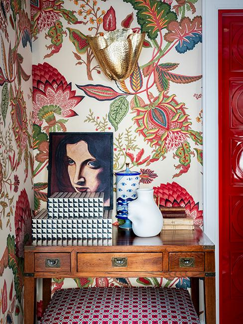 console en bois et papier peint vintage