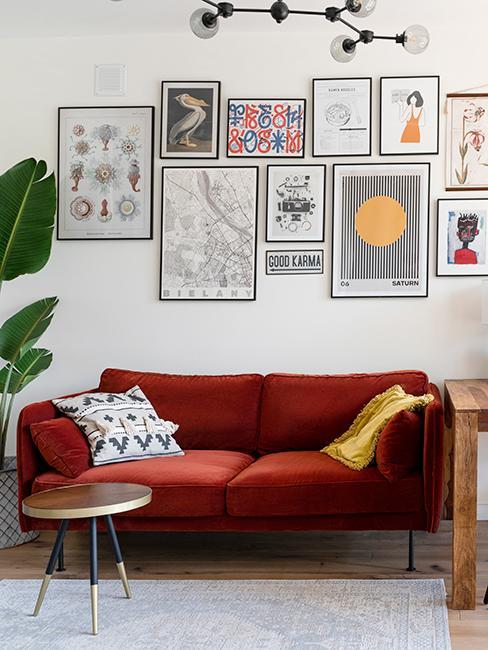 salon avec canapé rouille et mur de cadres