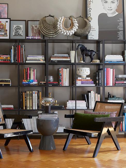 bibliothéque noir avec chaise en cannage