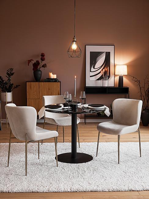 salle à manger avec table ronde et chaises en velours