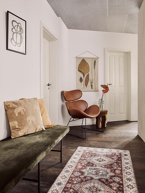 déco couloir avec banc en velour et fauteuil papillon