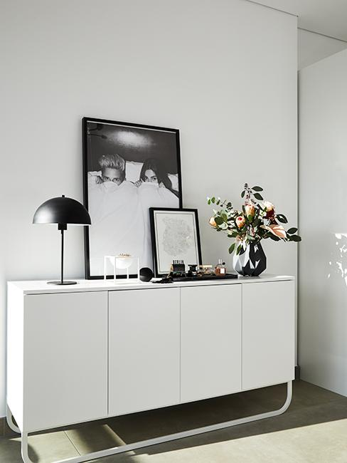 commode blanche avec cadres