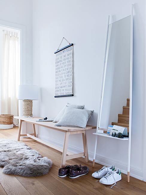 décoration entrée avec banc en bois et miroir
