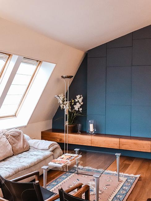 salon avec canapé et mur peint en bleu