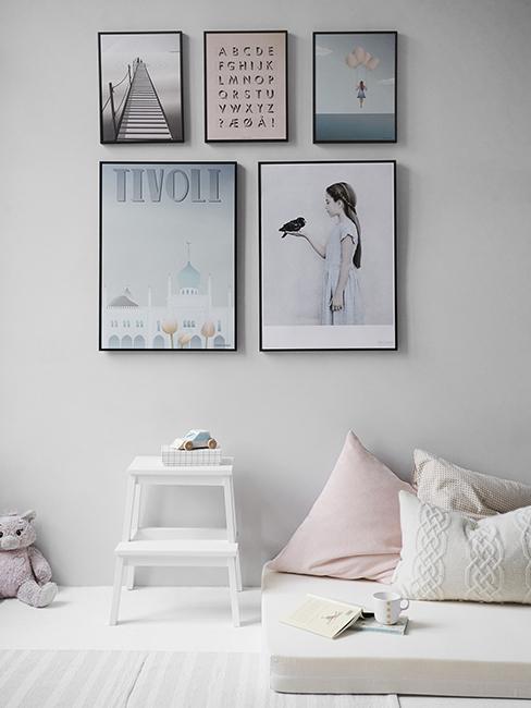 chambre enfant avec mur de cadres