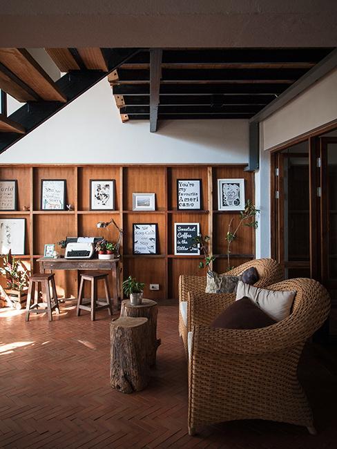 mur de cadres sur mur en bois dans salon
