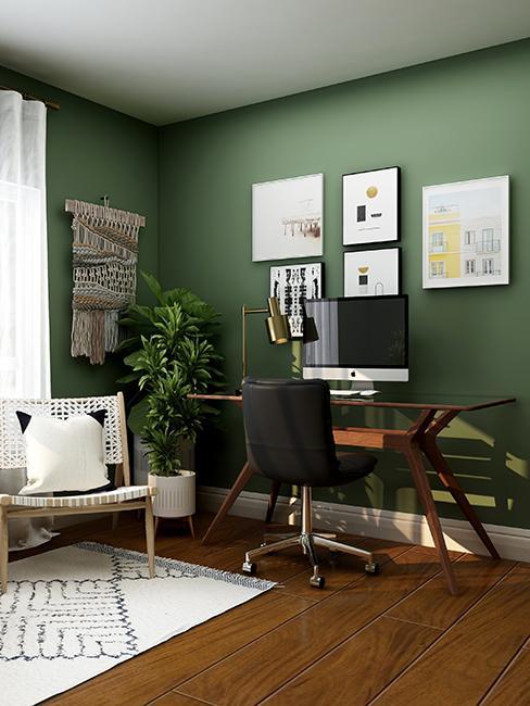 bureau avec mur vert et mur de cadres