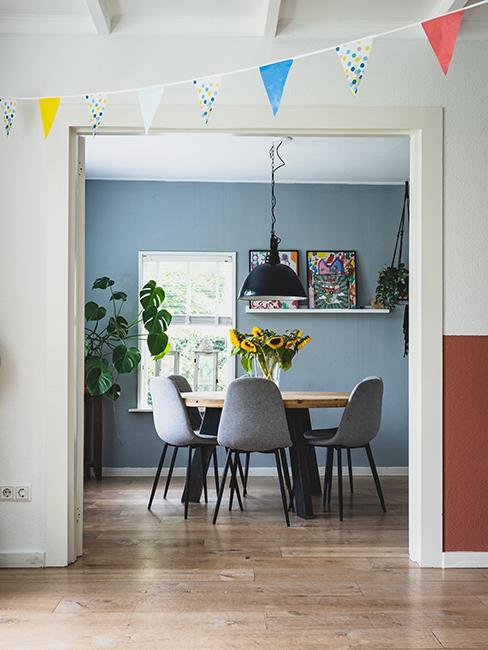 salle à manger avec mur bleu