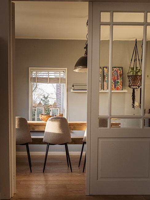 salle à manger avec chaises en velours